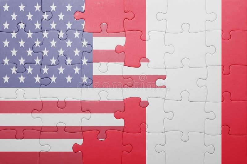 Desconcierte con la bandera nacional de los Estados Unidos de América y de Perú foto de archivo