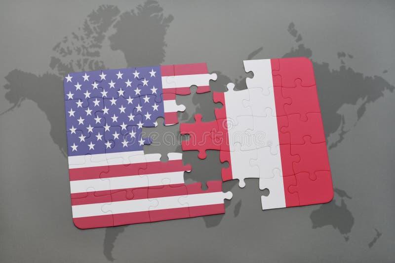 desconcierte con la bandera nacional de los Estados Unidos de América y de Perú en un fondo del mapa del mundo fotografía de archivo