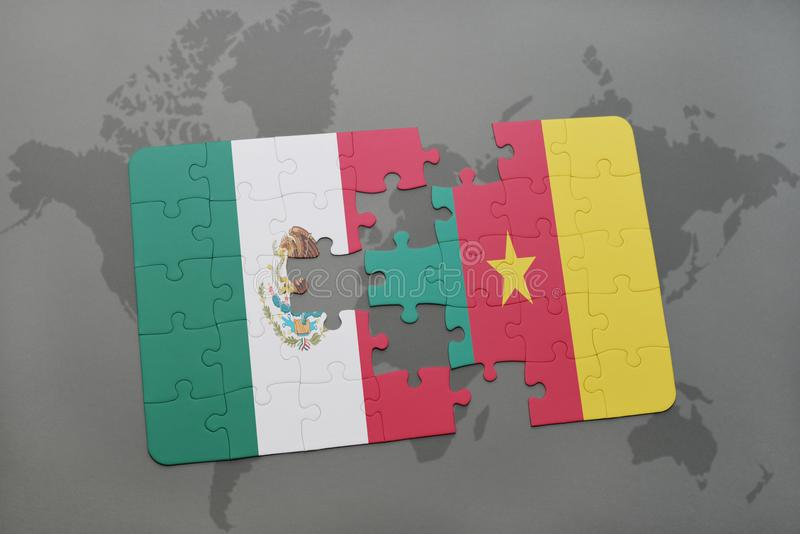 desconcierte con la bandera nacional de México y del Camerún en un fondo del mapa del mundo imagen de archivo