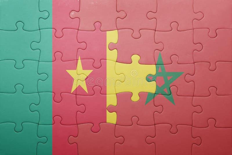 desconcierte con la bandera nacional de Marruecos y del Camerún foto de archivo