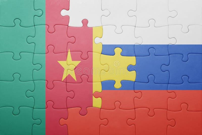 Desconcierte con la bandera nacional de Rusia y del Camerún foto de archivo libre de regalías