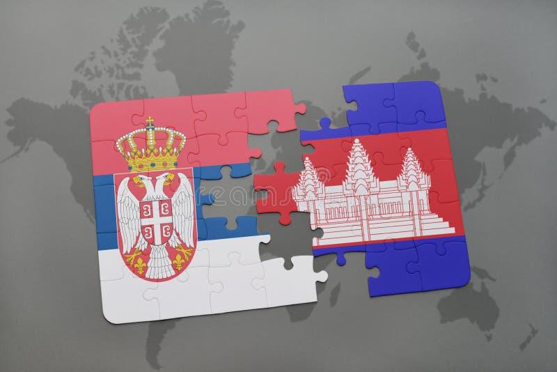 desconcierte con la bandera nacional de Serbia y de Camboya en un mapa del mundo stock de ilustración