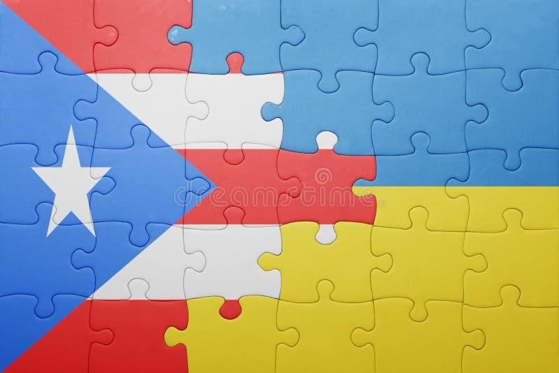 desconcierte con la bandera nacional de Ucrania y de Puerto Rico foto de archivo