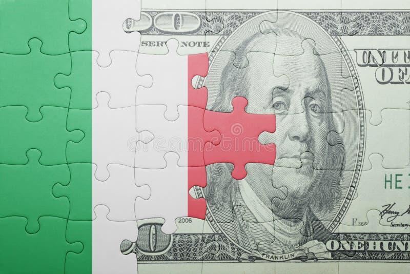 Desconcierte con la bandera nacional del billete de banco de Italia y del dólar imagenes de archivo
