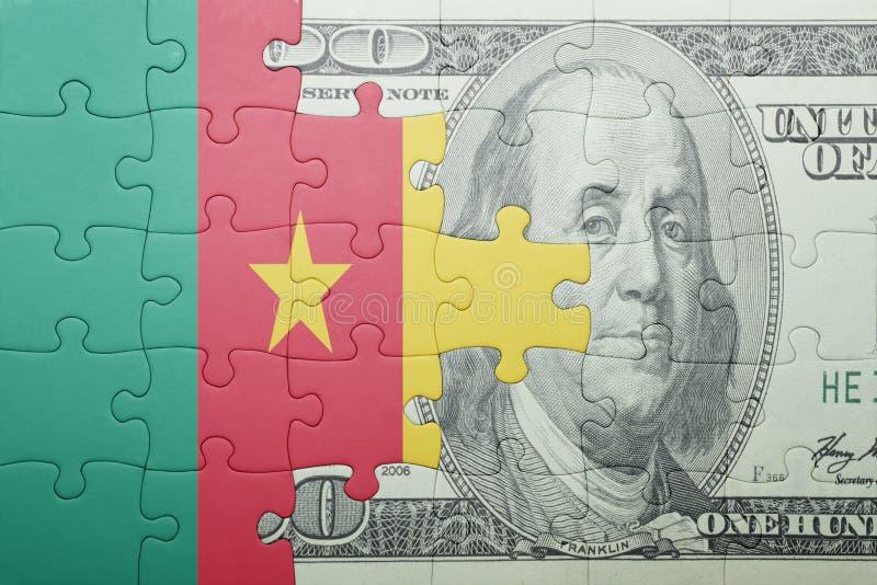 Desconcierte con la bandera nacional del billete de banco del Camerún y del dólar imagen de archivo