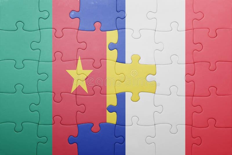 Desconcierte con la bandera nacional del Camerún y de Francia fotografía de archivo