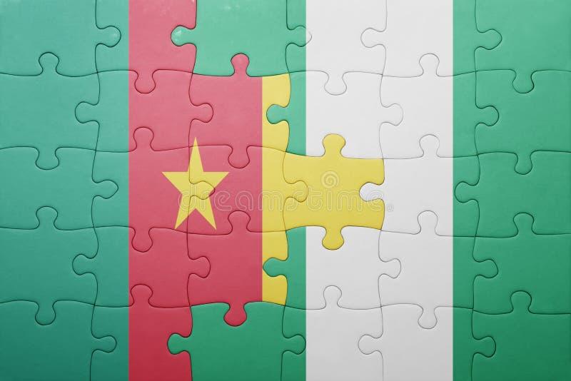 desconcierte con la bandera nacional del Camerún y de Nigeria fotos de archivo