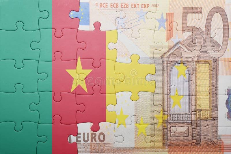 Desconcierte con la bandera nacional del Camerún y del billete de banco euro imagen de archivo