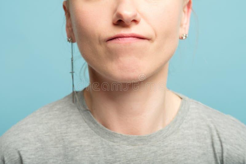 Descontento comprimido del resentimiento del descontento del labio de la mujer fotografía de archivo