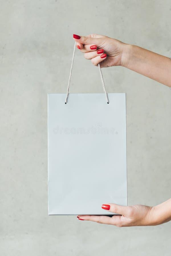 Descontos da venda da loja do modelo do saco de compras das mãos imagem de stock royalty free