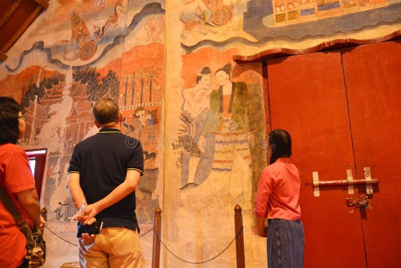 Descrevendo a pintura mural tailandesa tradicional na parede do templo fotografia de stock royalty free