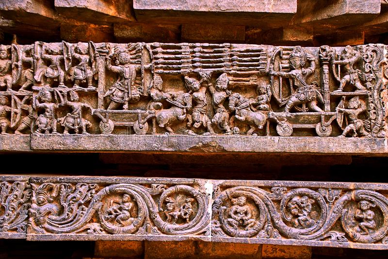 Descrição do episódio da guerra de Rama-Ravana de Ramayana, na base do templo, templo de Hoysaleshwara, Halebidu, Karnataka fotografia de stock royalty free