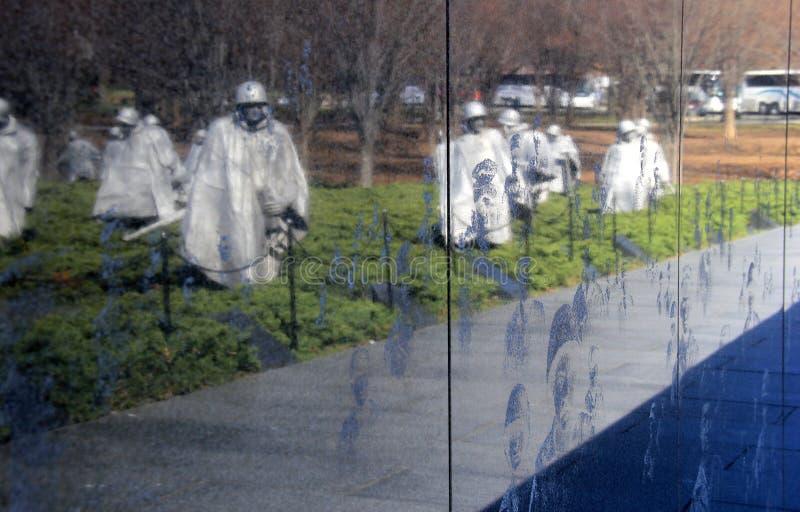 Descrição dos soldados que lutaram, memorial do assombro dos veteranos de Guerra da Coreia, Washington, C.C., 2015 imagens de stock