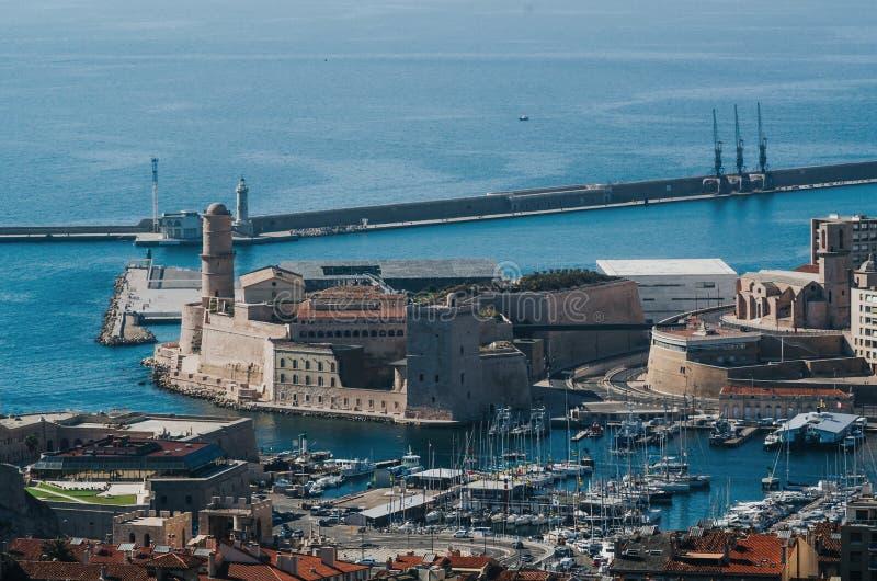 Descripción aérea distante de la entrada de puerto del castillo de Jean del santo y del puerto de Vieux de la colina de Notre Dam fotos de archivo