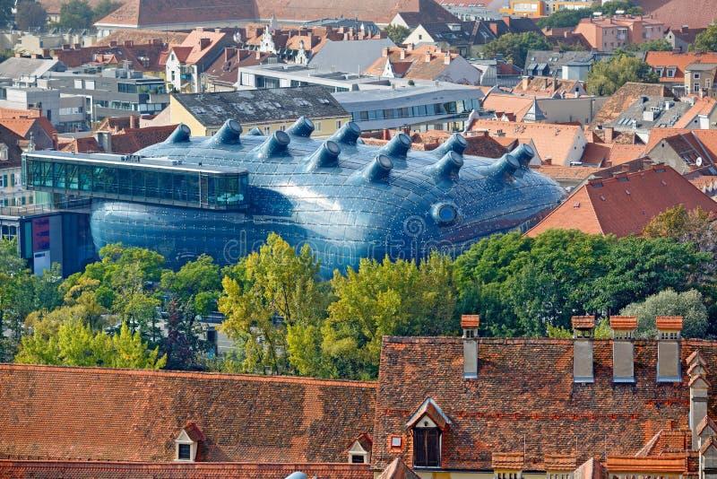 Descripción de la ciudad de la colina Schlossberg con Art Museum Kunsthaus en el centro Graz, Austria imagen de archivo libre de regalías
