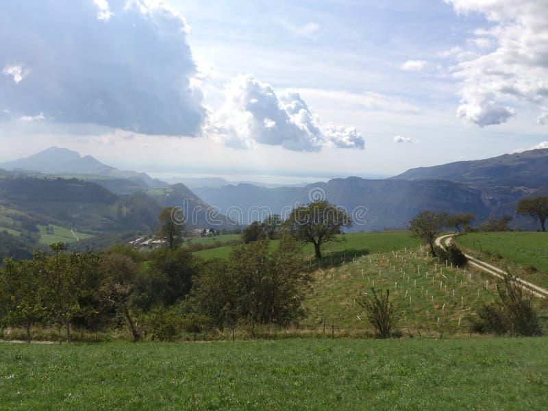 Descripción desde arriba de una montaña en las montañas imagenes de archivo