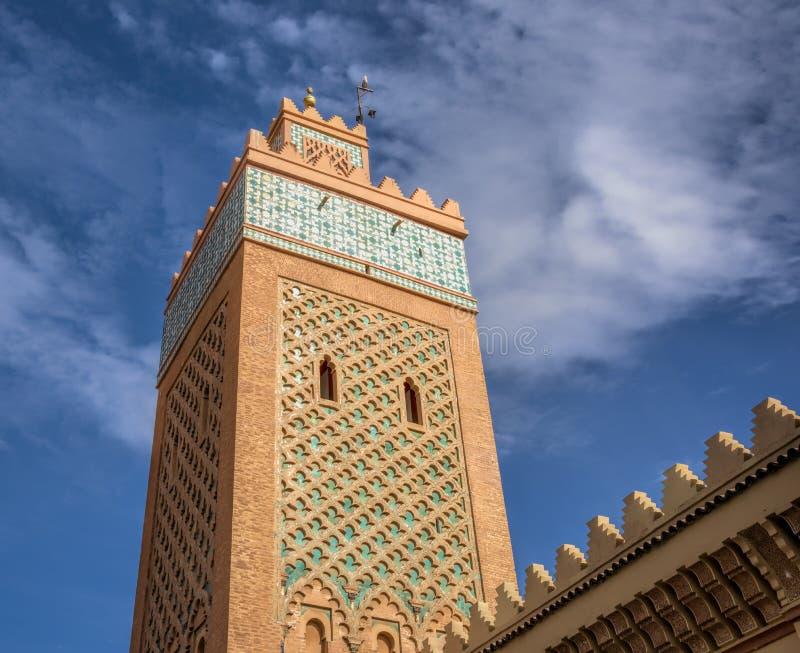 Descripción desde un punto de vista bajo en la torre del palacio Marrakesh, Marruecos de Bahía, con los tejados y las paredes tal imagen de archivo