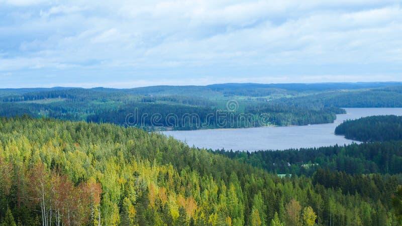 Descripción en el lago del päijänne del arco geodésico del struve en el moun fotos de archivo