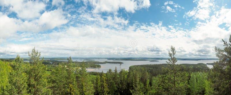 Descripción en el lago del päijänne del arco geodésico del struve en el moun fotografía de archivo