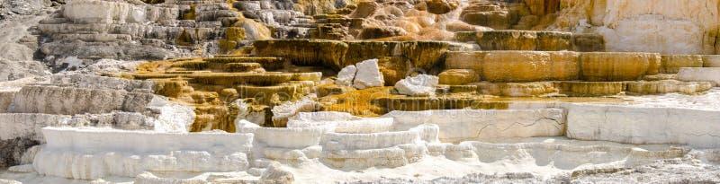 Panoramica una Mammoth Hot Springs immagine stock