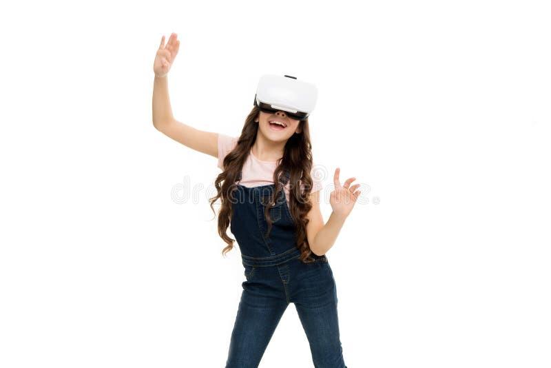 Descubra el futuro. Niña que usa lentes de fondo blanco. Concepto de educación virtual. Vida moderna. Interacción fotos de archivo libres de regalías