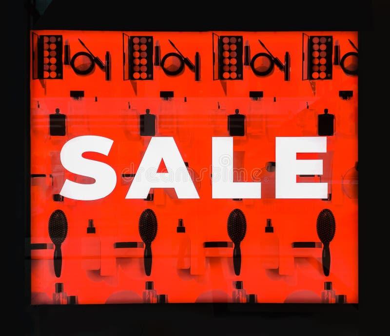 Descuentos estacionales en la tienda Bandera roja grande con VENTA del texto en una ventana de la tienda viernes negro en tienda, fotos de archivo libres de regalías