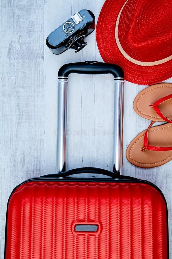 Desde arriba de la maleta roja al lado del balanceo y de la cámara retra en fondo ligero Blogger el bloguear o de la mujer del vi imagen de archivo libre de regalías