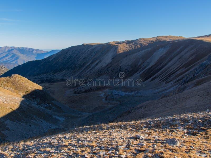 Desde arriba de la montaña, veo el valle impresionante fotografía de archivo