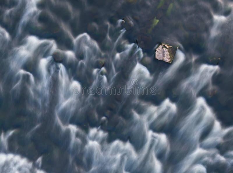 Desde arriba de la vista de los rápidos y de la piedra del río Vista superior aérea de la corriente Exposici?n larga naturaleza d fotos de archivo libres de regalías