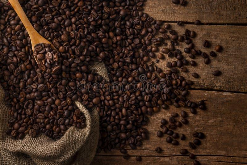 Desde arriba del saco de los granos de café con la cuchara de madera fotos de archivo libres de regalías