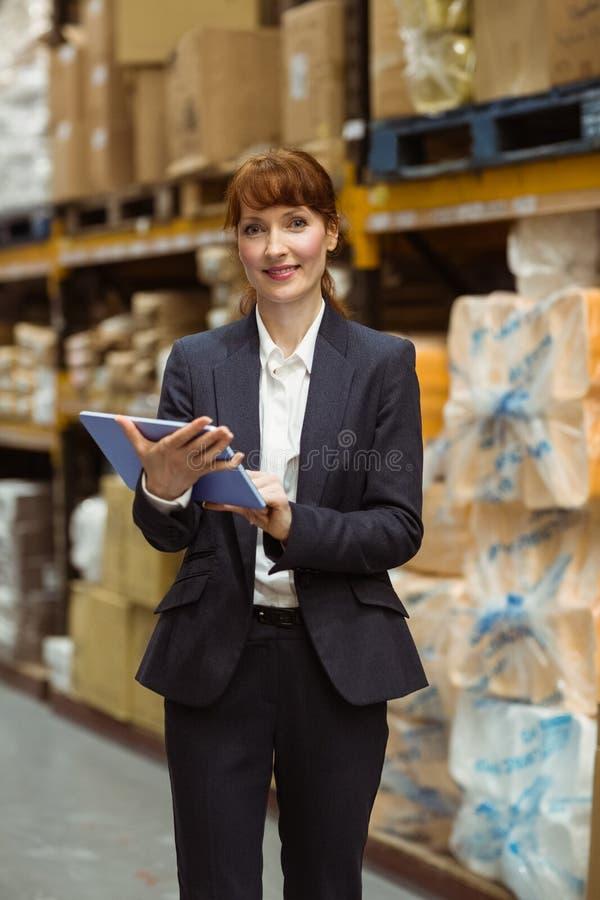 Desdobramento de sorriso da mulher de negócios na tabuleta digital fotos de stock royalty free
