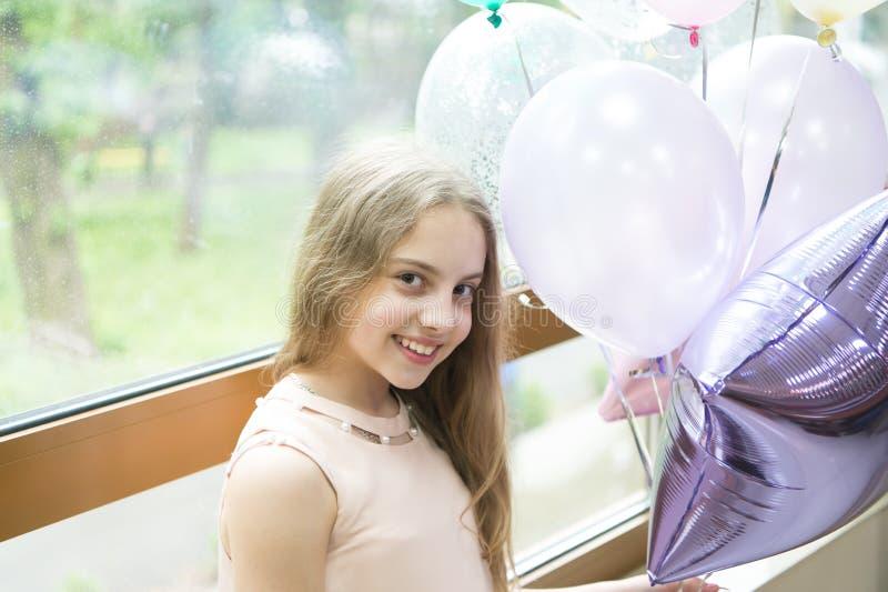 Desear un día de fiesta feliz Pequeño niño feliz que disfruta de su día de fiesta del cumpleaños Niña adorable que celebra día de imagen de archivo