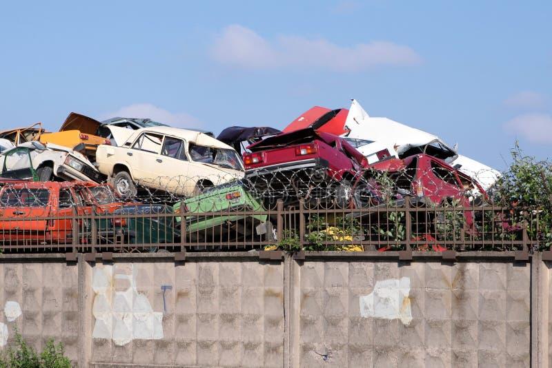 Deseche el montón de coches destruidos cerca del puerto de St Petersburg, Rusia fotografía de archivo libre de regalías