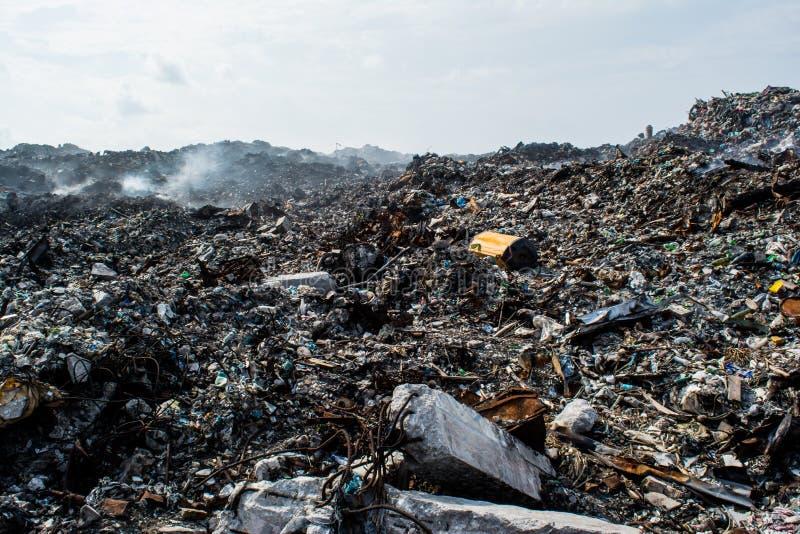 Deseche el montón en la descarga de basura por completo del humo, de la litera, de botellas plásticas, de desperdicios y de la ba imagenes de archivo