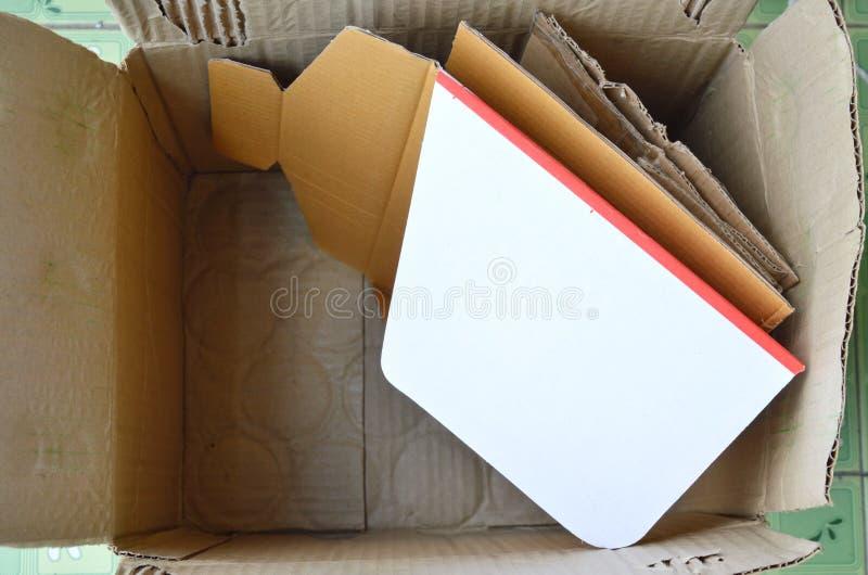 Deseche el papel duro para reciclan en caja marrón fotografía de archivo libre de regalías