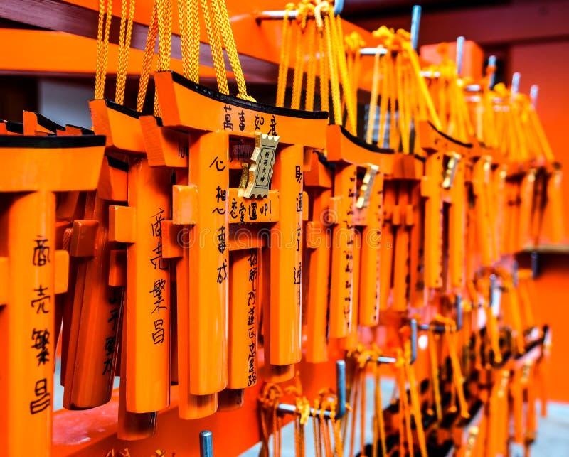 Desejando as etiquetas de madeira que penduram dentro no santuário de Fushimi Inari fotos de stock