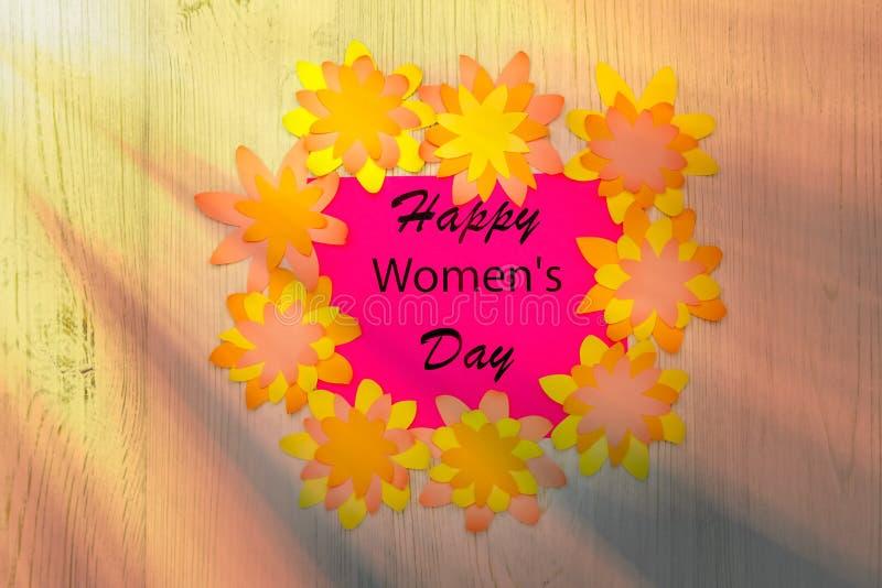 Desejando o dia das mulheres felizes no quadro das flores de papel no fundo de madeira Configuração lisa imagens de stock royalty free