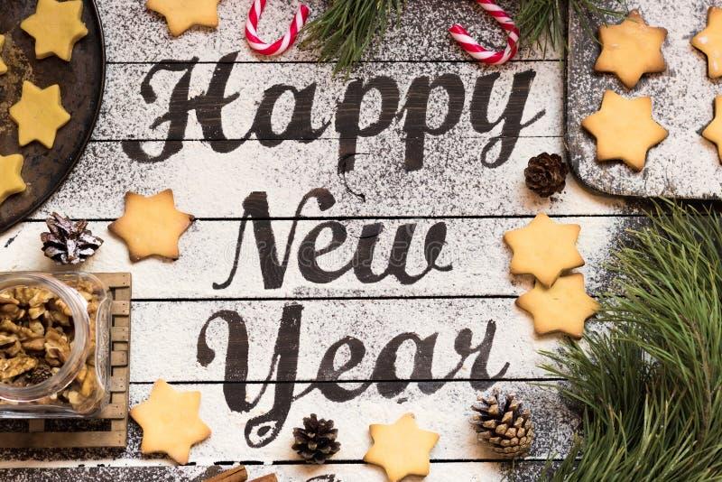 Desejando um ano novo feliz em um fundo de madeira escuro imagens de stock
