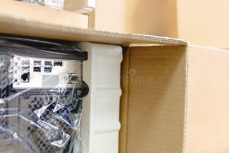 Desembalando o computador pessoal preto, vista traseira, empacotamento do celofane muitas caixas para as peças desktop do hardwar fotos de stock