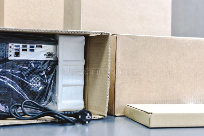 Desembalando o computador pessoal preto, vista traseira, empacotamento do celofane muitas caixas para as peças desktop do hardwar foto de stock royalty free