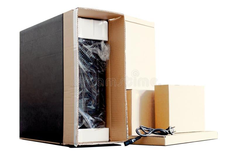Desembalando o computador pessoal preto, vista traseira, empacotamento do celofane muitas caixas para as peças desktop do hardwar foto de stock