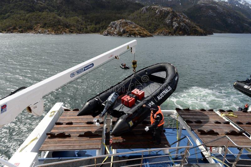 Desembarque dos turistas do navio de cruzeiros à geleira de Aguila no Patagonia do sul imagem de stock