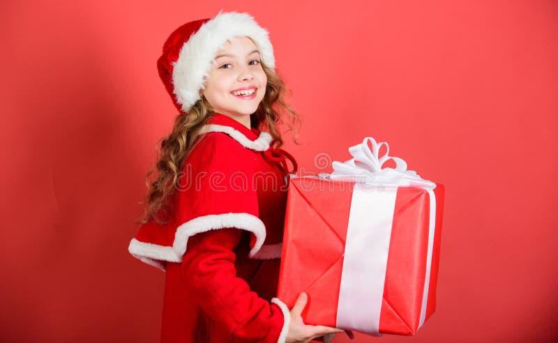 Desempaque del regalo de la Navidad Tradición de las vacaciones de invierno Regalo de la Navidad de la abertura Niño feliz con el fotos de archivo