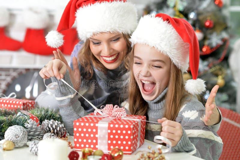 Desempaque del regalo de Navidad imagen de archivo