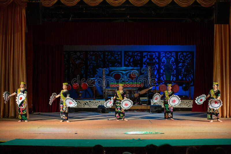 Desempenho da cultura tradicional Aldeia Cultural Sarawak foto de stock royalty free