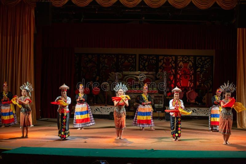 Desempenho da cultura tradicional Aldeia Cultural Sarawak fotografia de stock royalty free