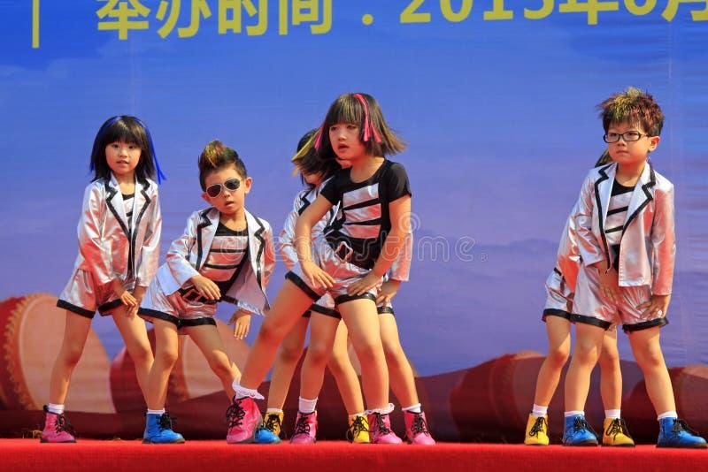 Desempenho da dança das crianças na fase fotografia de stock royalty free