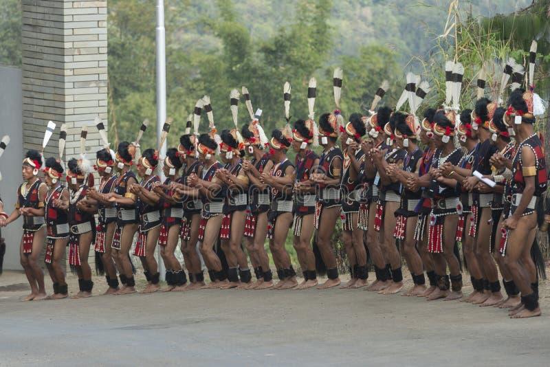 Desempenho da dança de Traditiona do Naga para o convidado de acolhimento no festival do Hornbill, Kohima, Nagaland, Índia o 1º d imagens de stock