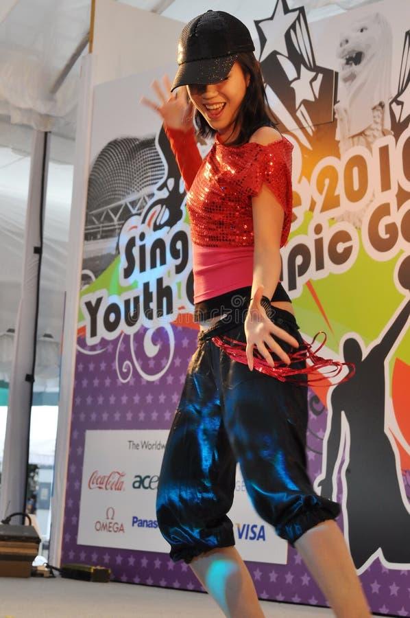 Desempenho da dança durante o lançamento olímpico do logotipo da juventude imagem de stock