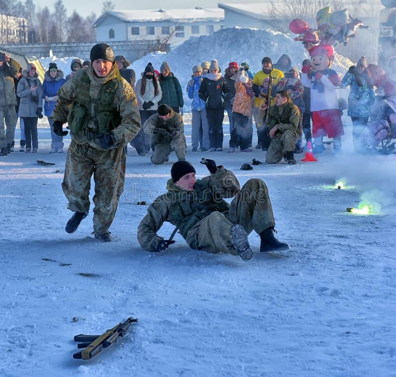 Desempenho da demonstração das tropas da aterrissagem do exército do russo dentro fotos de stock